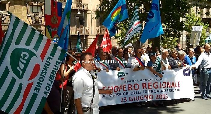 La protesta dei dipendenti della Provincia