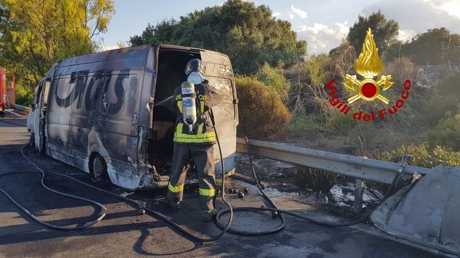 Furgone della GLS prende fuoco sull'autostrada Catania-Siracusa. Sul posto i Vigili del Fuoco